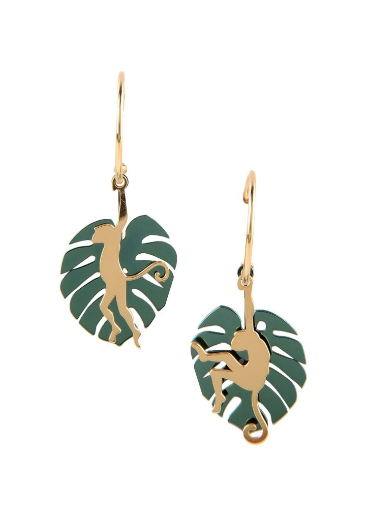 loroetu, orecchini con monstera verde e scimmia oro, green monstera and gold monkey earrings