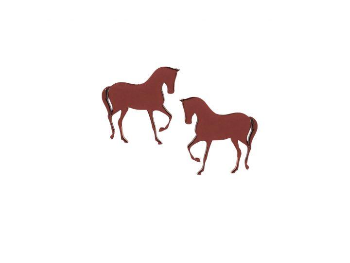 loroetu, orecchini a lobo bordeaux con cavallo, bordeaux horse earrings